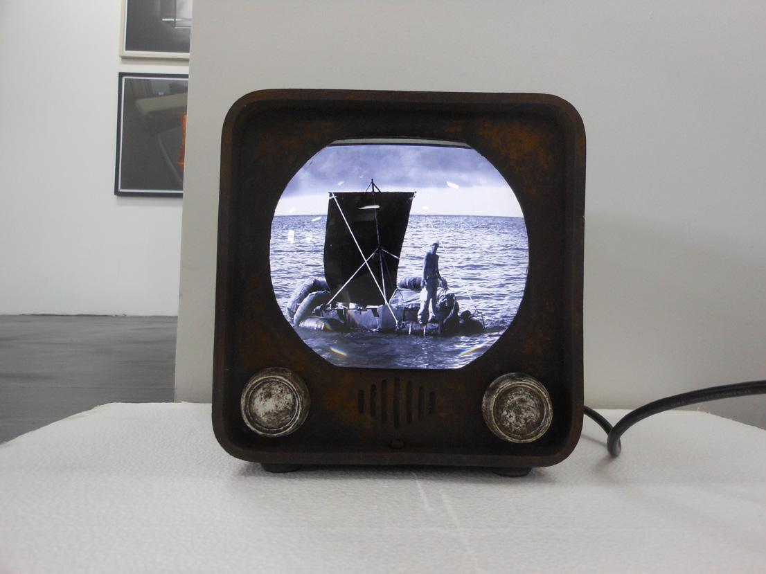 Ernesto Fernández, Breaking News!, 2012 PVC, lupa, digital frame, slideshow (PVC , magnifying glass), 20 x 20 x 20 cm