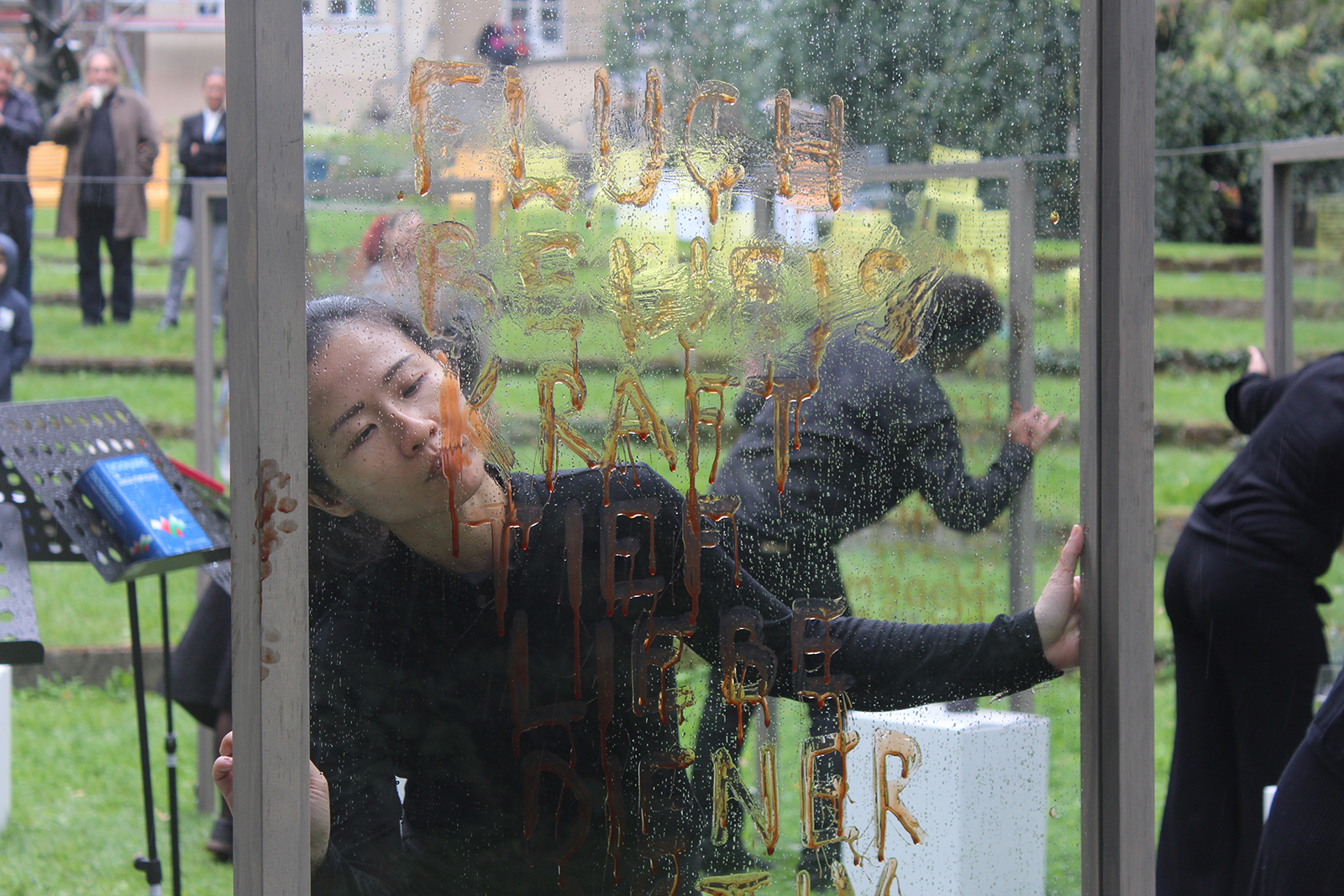 Nezaket Ekici and Shahar Marcus, The Honey Project, performance installation, 2018, Baustellenfest, Haus am Waldsee, Skulpturenpark, Berlin